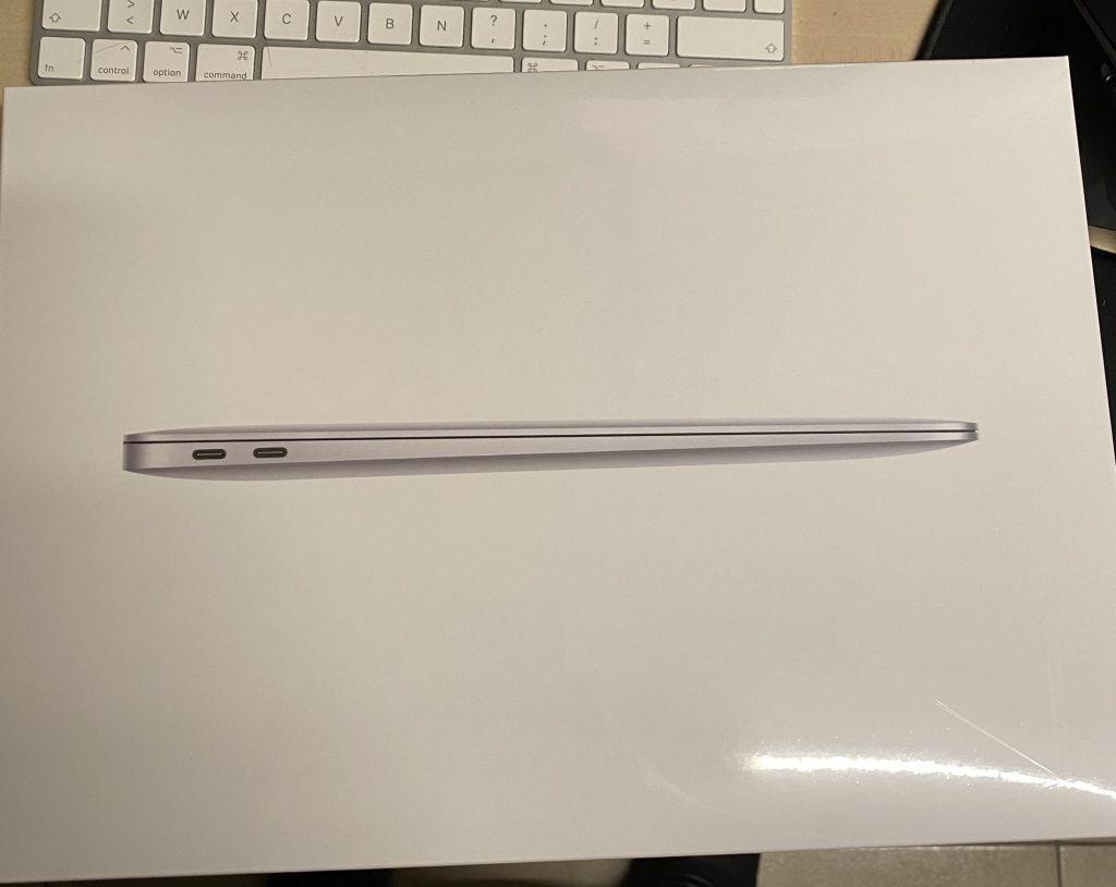 Une boite de MacBook Air équipé de processeur M1.