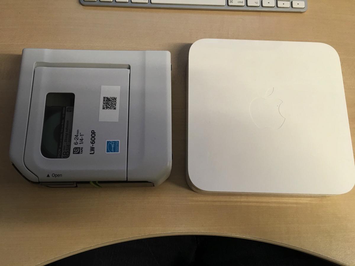 L'imprimante est un peu plus petite mais plus épaisse qu'une borne Airport.